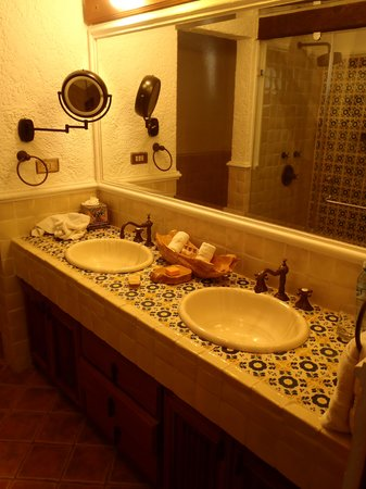 Hotel Finca Filadelfia: Hand-painted tiles in bathroom