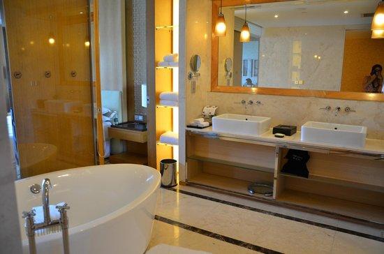 Sheraton Dameisha Resort: Bathroom of Ocean Suite