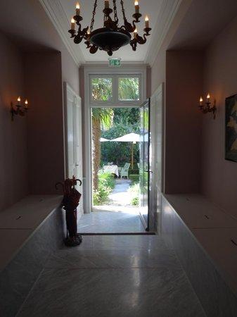 La Mirande Hotel: Hallway from room looking out onto garden