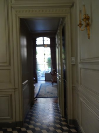 La Mirande Hotel: Hallway looking out onto garden