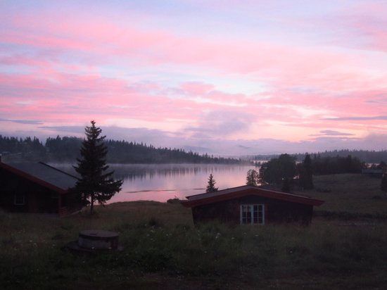 Vangsjoen Mountain Lodge: View of lake in morning from room in modern part