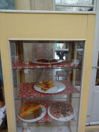La Mirande Hotel: Pastries for tea displayed in the main sitting room