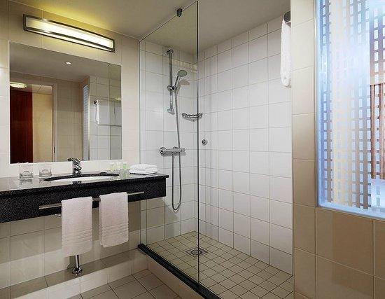 Courtyard Paris La Defense West - Colombes: Guest Room Bathroom
