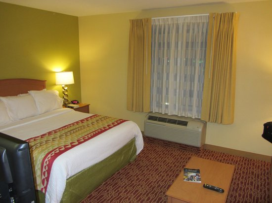 TownePlace Suites Ontario Airport : Bed view