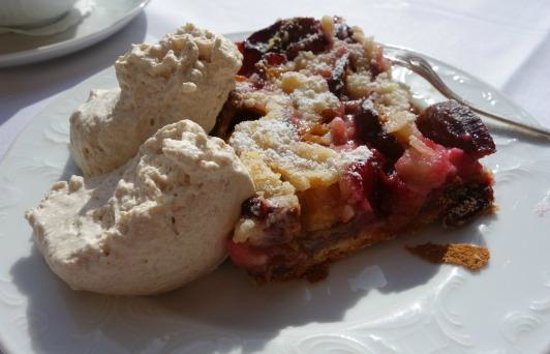 Schwarzmatt Hotel: Plum tart with cinnamon cream.