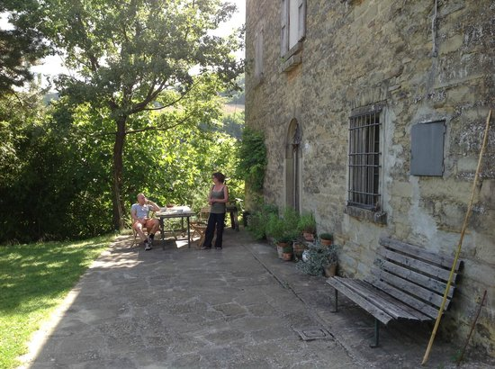 Palazzo in Zattaglia: voorkant en ontbijttafel