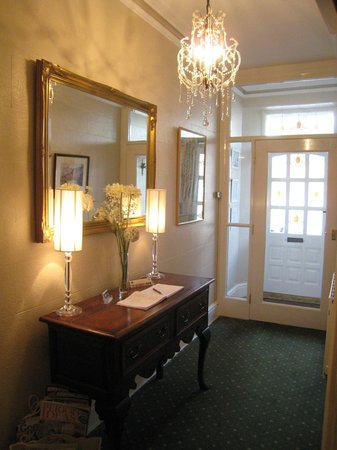 Wordsworths Guest House: FRONT DOOR AND ENTRANCE HALL