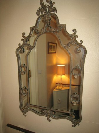 Wordsworths Guest House: LANDING MIRROR