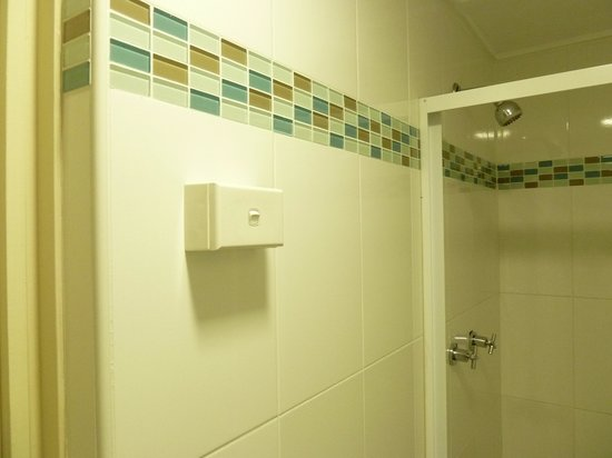 Macleay Lodge Sydney: Light switch not waterproof within showering area