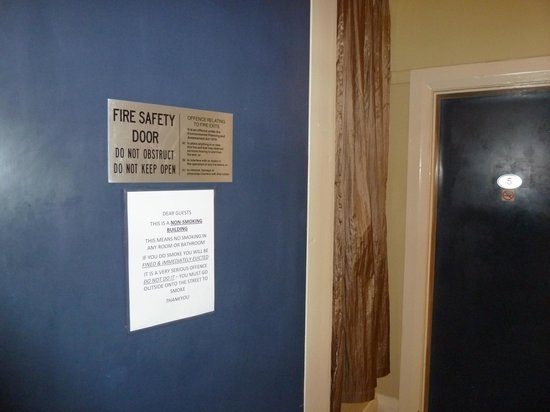 Macleay Lodge Sydney: Fire door always open and sometimes obstructed by dirty bags of washing