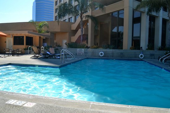 Doubletree by Hilton Anaheim - Orange County: Great pool and hot tub, sun mostly until 3pm