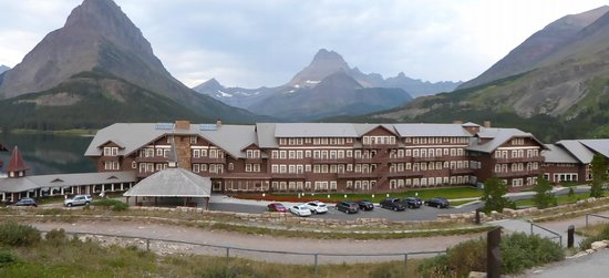 Babb, MT : Many Glacier Hotel with lake behind