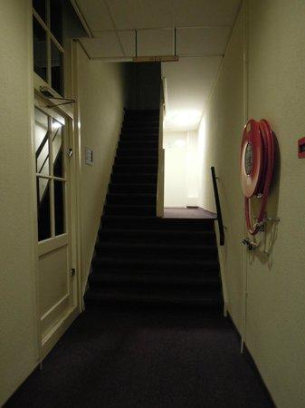 Nova Hotel Amsterdam: 又窄又長的樓梯