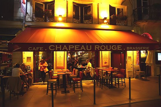 Le Chapeau Rouge : Pleasant exterior on a fairly busy street.