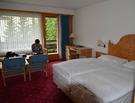 Morosani Posthotel Davos: Platz zum Kartenschreiben und Lesen