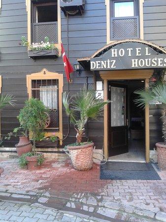 Deniz Houses Hotel: Вид с улицы