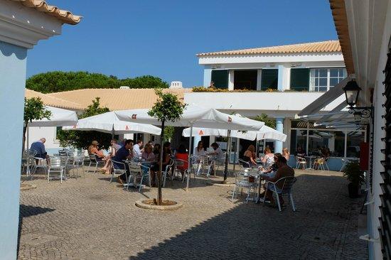 Vila Bicuda Resort : Площадь и кафе