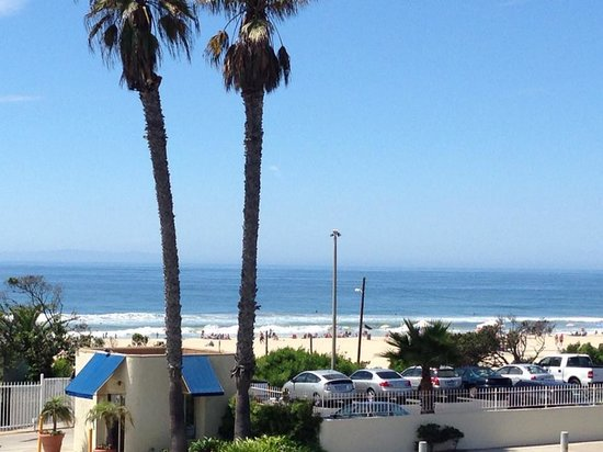 Huntington Surf Inn: View from the balcony outside our room!