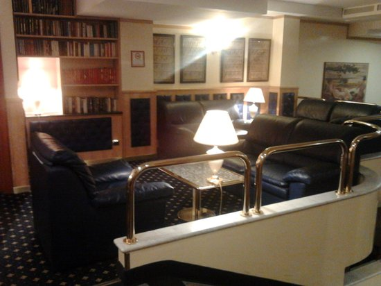 Mentana Hotel: hall