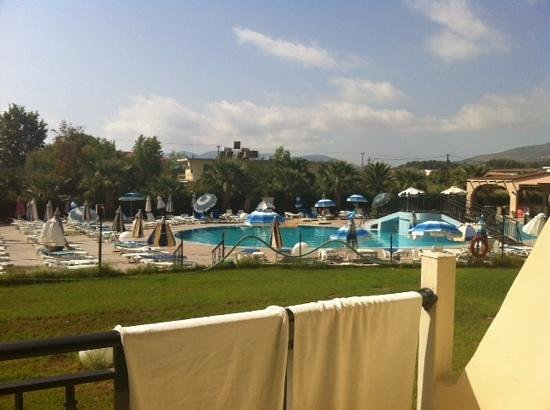 Alexander Hotel: main pool, loud music... cleaner than other pool!