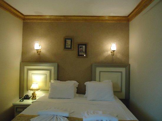 Maywood Hotel: La habitación tiene decoración otomana, es muy agradable.