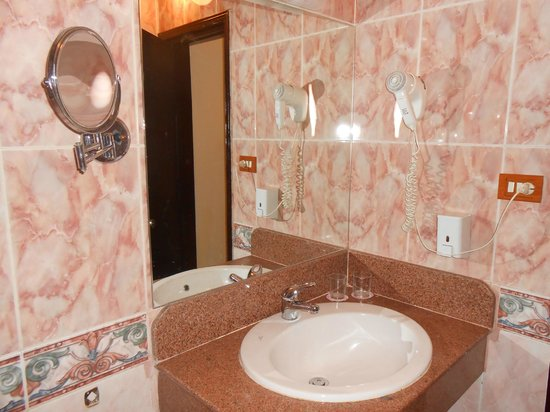 Pyramisa Isis Corniche Hotel : bagno