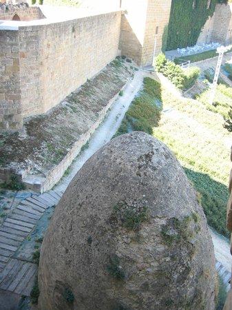 Parador de Olite : Vista desde Castillo nuevo ,se puede ver la terraza del castillo antiguo al fondo