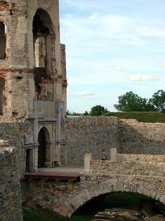 Krzyztopor Castle: Zamek Krzyżtopór - krzyż i topór na bramie wjazdowej