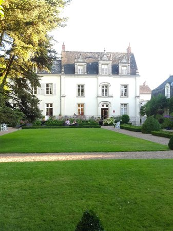 Hotel le Clos d'Amboise : Main building and lawn