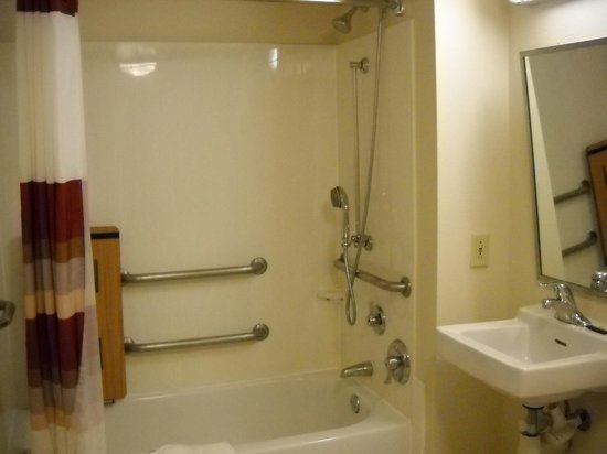 Red Roof PLUS+ Washington DC-Rockville : well fitted bathroom for handicap use