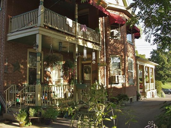 A New Beginning Bed and Breakfast: Side enterance fo the B&B