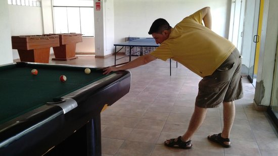 Hotel El Angolo Chosica: PLAYING A GAME OF SNOOKER