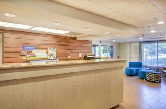 Fairfield Inn & Suites Raleigh Crabtree Valley: Front desk