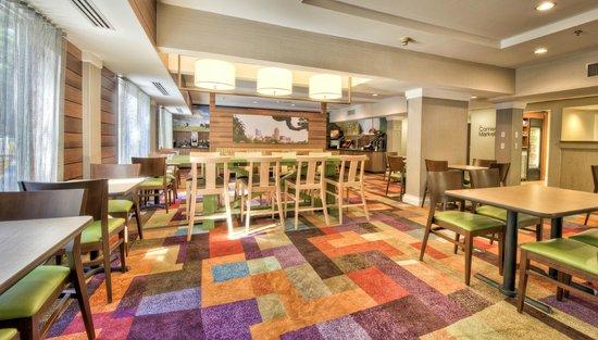Fairfield Inn & Suites Raleigh Crabtree Valley: Breakfast and lobby area