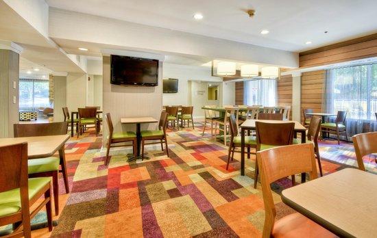 Fairfield Inn Raleigh Crabtree: Breakfast and lobby area