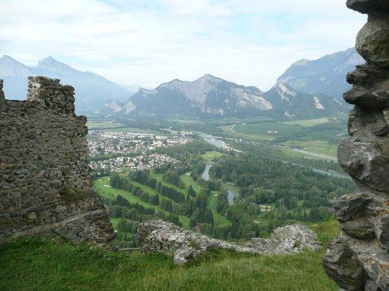 Pfaefers Dorf, Schweiz: Ausblick ins Rheintal