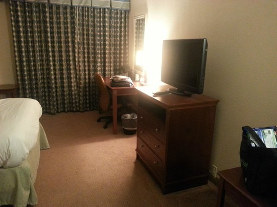 Country Inn & Suites By Carlson, Lincoln Airport: desk TV and chest of drawers