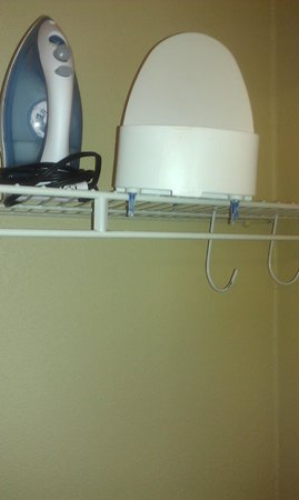 Charleston Airport Hotel: The broken ironing board