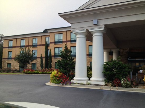 Holiday Inn Express Hotel & Suites Macon West: Landscaped Entry