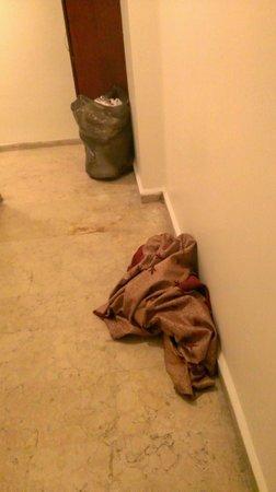 Grand Liza Hotel: Corredor lateral do meu quarto, com roupas jogadas e armario de guardar roupas limpas