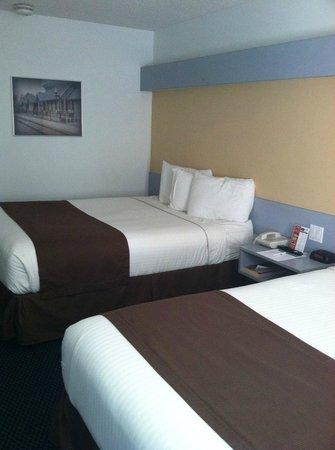 Mt. Pleasant Inn & Suites : Two Queen Room