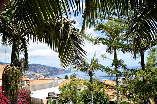 The Flame Tree Madeira: Vanop het balkon zicht op Funchal en zee