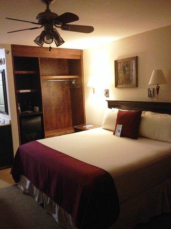 Pisgah Inn: King-sized bedroom