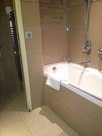 Hotel de l'Universite : nice clean large tub/shower