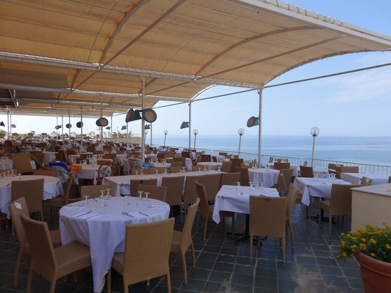 Salle manger int rieure buffets picture of club cala regina sciacc - Buffets salle a manger ...