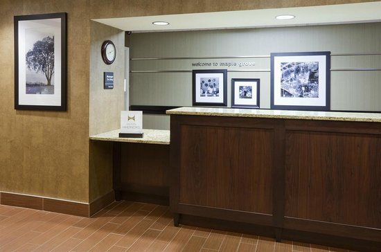 Hampton Inn Minneapolis NW Maple Grove: Front Desk