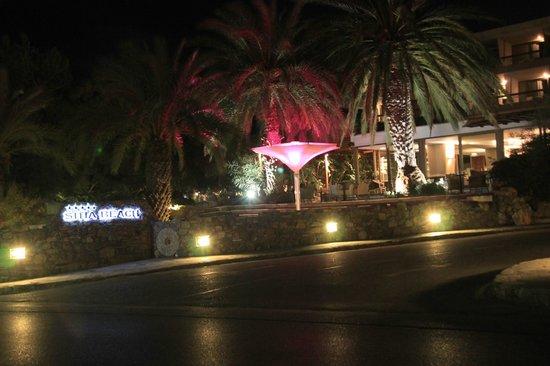 Sitia Beach City Resort & Spa : terrasse du bar depuis le bord de plage