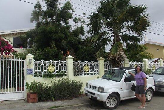 Villa Sunflower: Entrada e carro da Villa Sunflawer