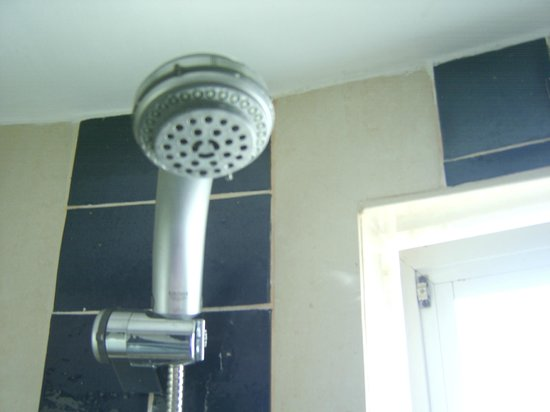 Belver Boa Vista Hotel & Spa: Shows the close proximity of window to shower