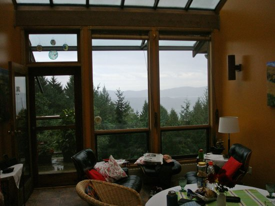 Cedar House on the Hill B&B: View from living room area
